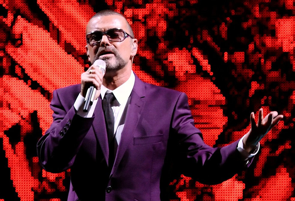 """George Michael morre aos 53 anos. De acordo com seu representante, o cantor faleceu """"pacificamente em casa""""."""