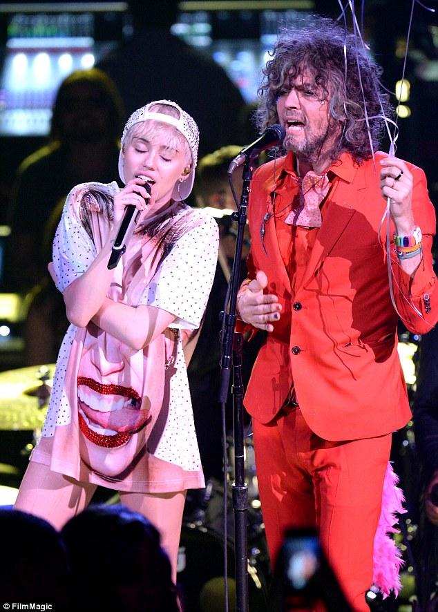 Flaming Lips lança single com participação de Miley Cyrus. We a Famly fará parte do álbum Ozcy Mlody, que será lançado esse ano