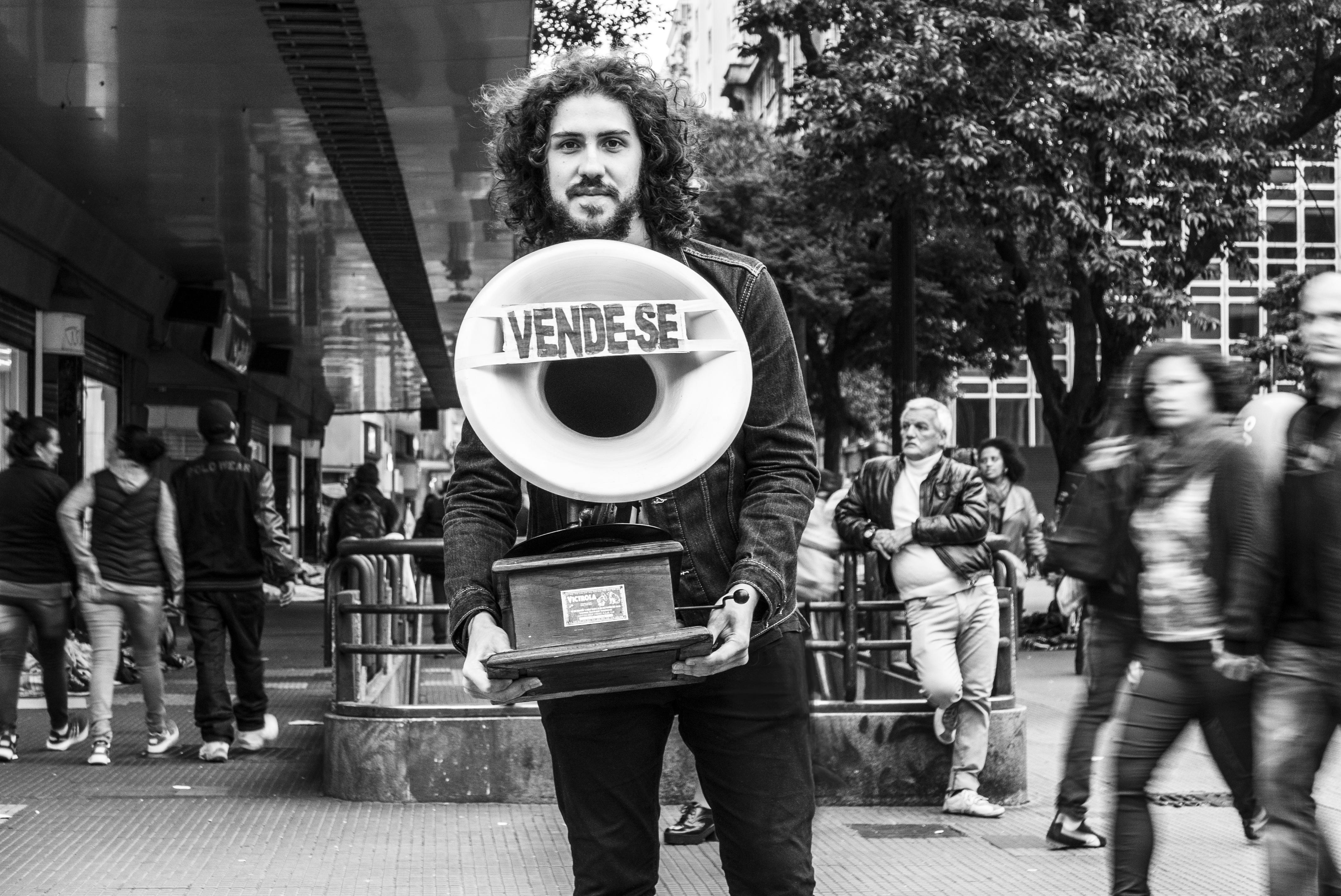 Single de estreia de Cauê questiona o consumo desenfreado