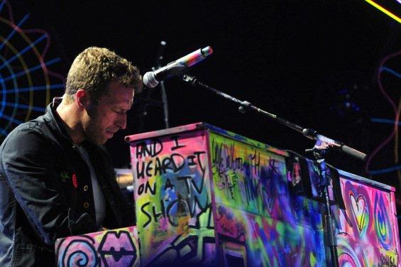 """Coldplay toca a música """"Crawling"""" em homenagem a Chester Bennington"""