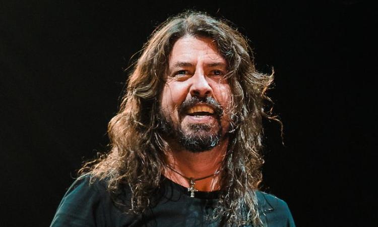 Dave Grohl, vocalista do Foo Fighters, passa por cirurgia