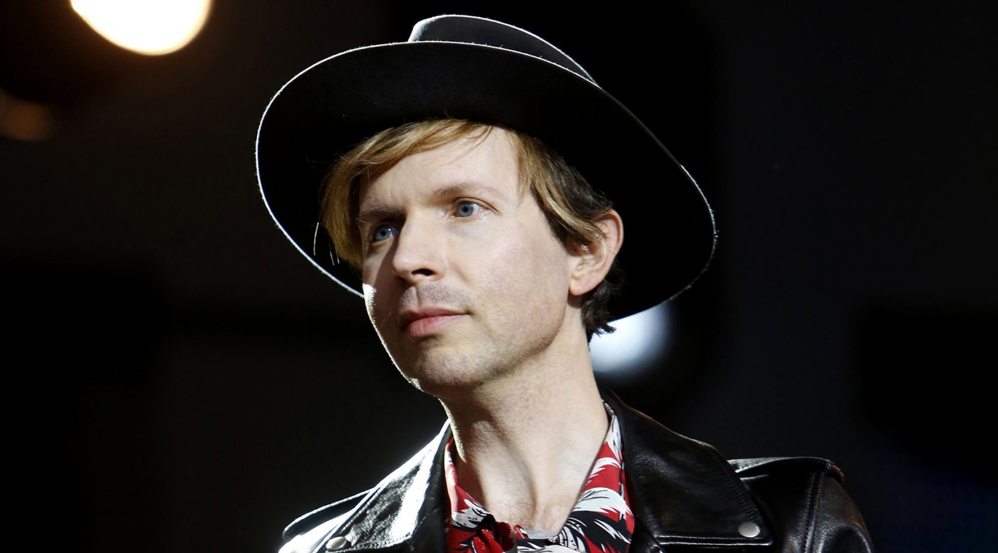 """Beck anuncia novo álbum """"Hyperspace"""" e lança novo single """"Saw Lightning"""""""