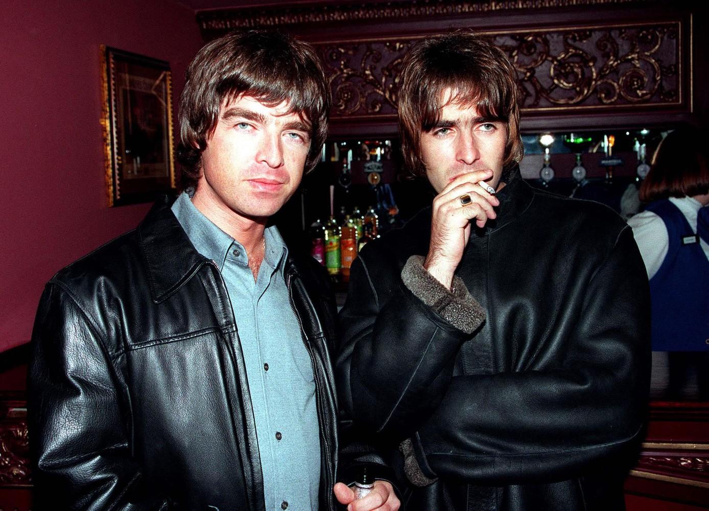 Oasis de volta? Liam Gallagher recebe ligação do irmão e diz que vai se aposentar