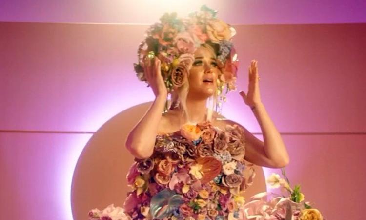 """Katy Perry lança clipe para """"Never Worn White"""" e revela que está grávida"""