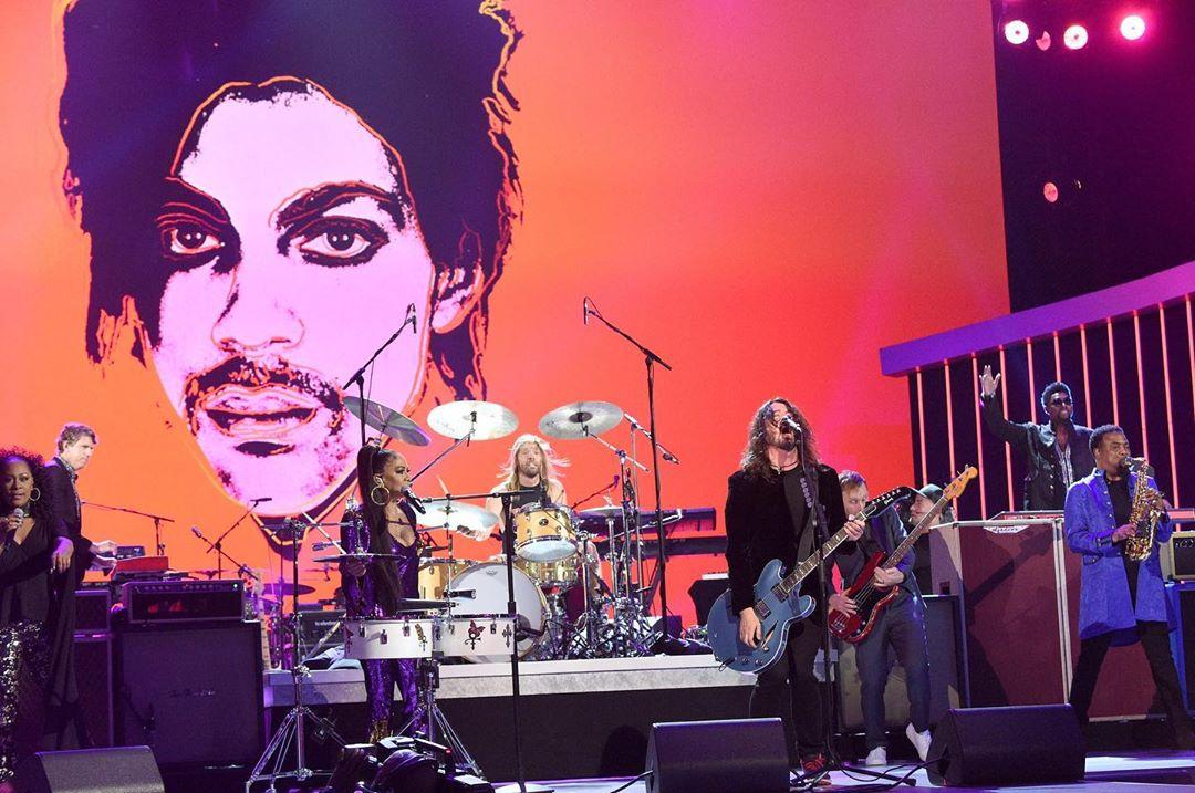 Grammy faz homenagem a Prince